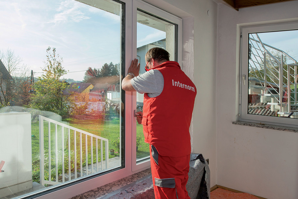 La pose des fenêtres sur-mesure est réalisée par le distributeur grâce à ses équipes de poseurs agréés