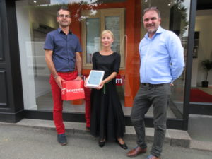 La grande gagnante d'une tablette Samsung chez GUILLHARD CONFORT – opération Showroom en Fête