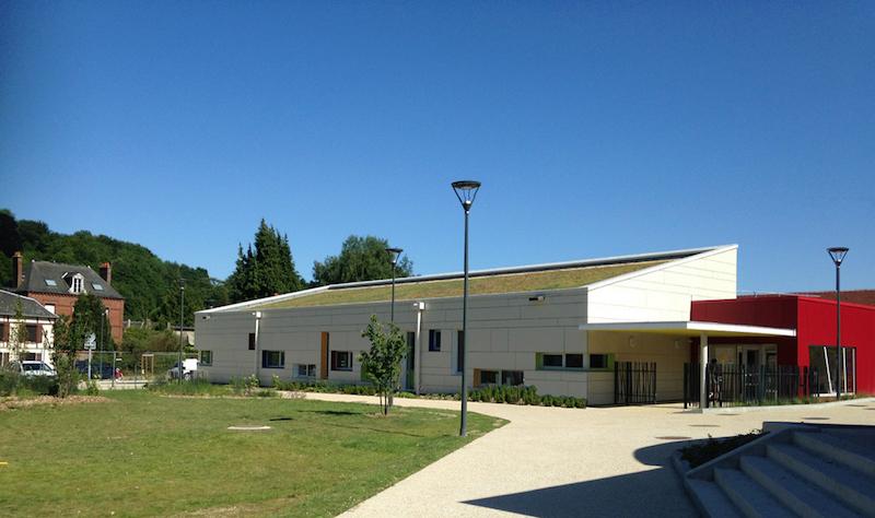 Bâtiment passif : école maternelle à Longueville-sur-Scie avec fenêtres alu Internorm